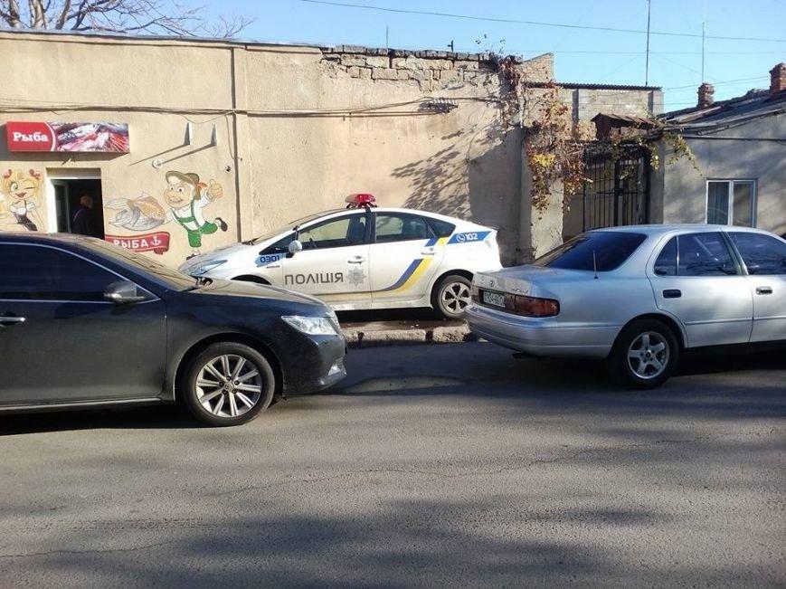 afece6575b64653c4f40620ff94c45f7 Служебная необходимость: В Одессе полицейские припарковались на тротуаре и пошли пить кофе