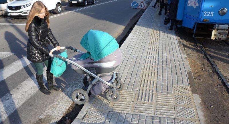 У Вінниці зупинки транспорту вимощують тактильною плиткою для незрячих, фото-1