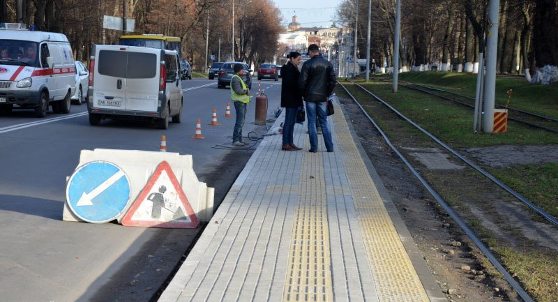 У Вінниці зупинки транспорту вимощують тактильною плиткою для незрячих, фото-2