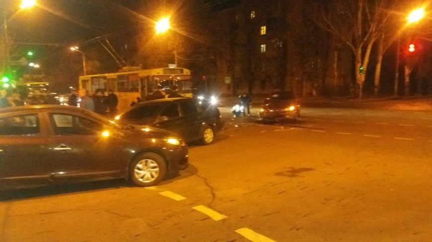 В Кривом Роге произошло ДТП с участием трех автомобилей. Есть пострадавшие (ФОТО) (фото) - фото 1