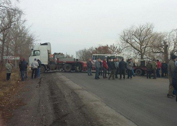 Возмущенные жители перекрыли трассу «Днепропетровск-Николаев» (ФОТО) (фото) - фото 1