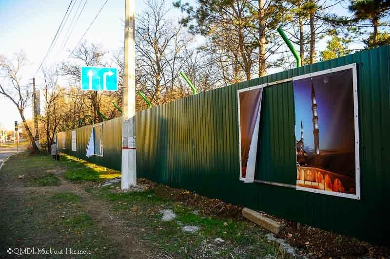 В Симферополе неизвестные посрывали плакаты с забота, ограждающего место строительства Соборной мечети (ФОТО) (фото) - фото 1