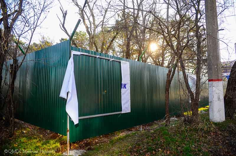 В Симферополе неизвестные посрывали плакаты с забота, ограждающего место строительства Соборной мечети (ФОТО) (фото) - фото 3