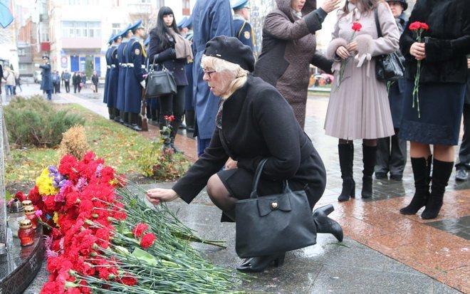 Вінниця вшанувала героїв двох революцій: під дощем і з квітами, фото-6