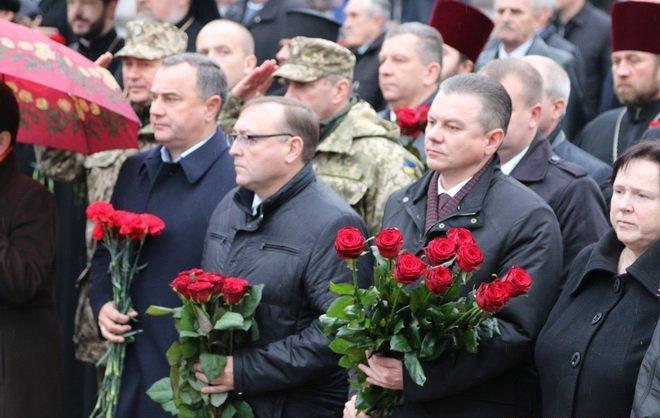 Вінниця вшанувала героїв двох революцій: під дощем і з квітами, фото-3