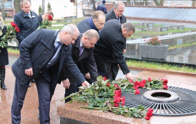 Вінниця вшанувала героїв двох революцій: під дощем і з квітами, фото-4