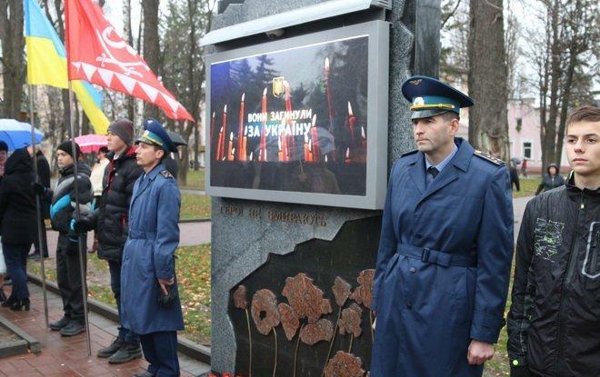 Вінниця вшанувала героїв двох революцій: під дощем і з квітами, фото-1