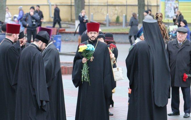 Вінниця вшанувала героїв двох революцій: під дощем і з квітами, фото-2