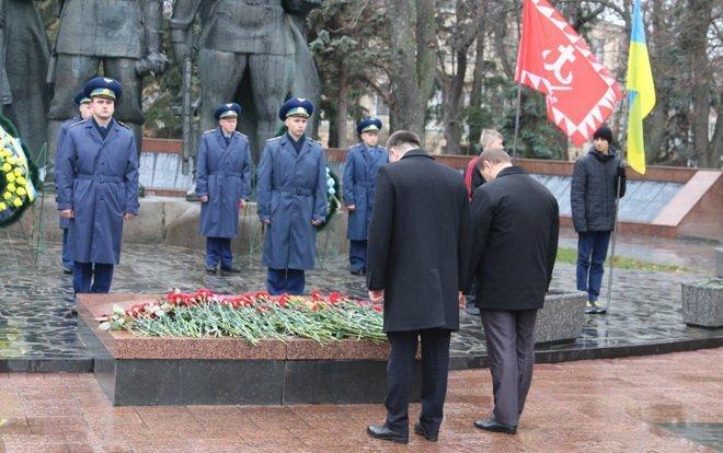 Вінниця вшанувала героїв двох революцій: під дощем і з квітами, фото-5