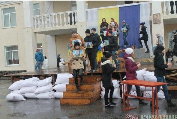 У Романові під дощем влаштували «Майдан Гідності» (фото) - фото 1