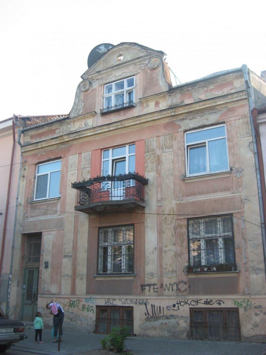 Чернівчани спільно з міським бюджетом відремонтували фасад будинку в центрі міста (фото) - фото 1