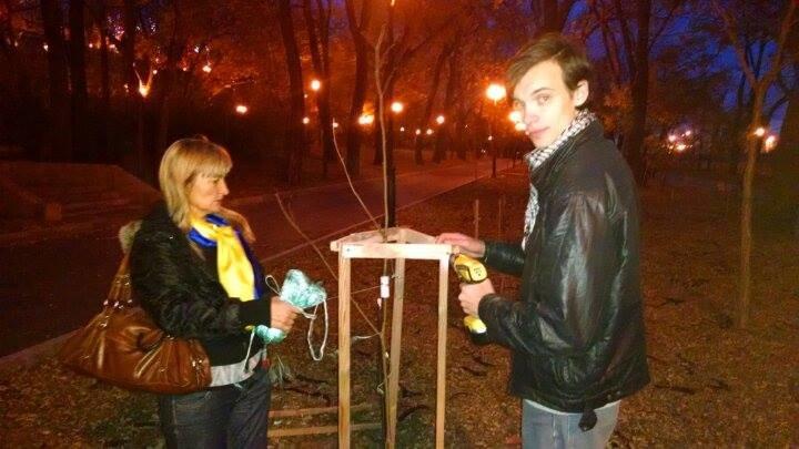 f02e519640e60baa77dd830e4b110261 Высадка деревьев на Аллее Небесной Сотни в Одессе: дело одно, интересы разные