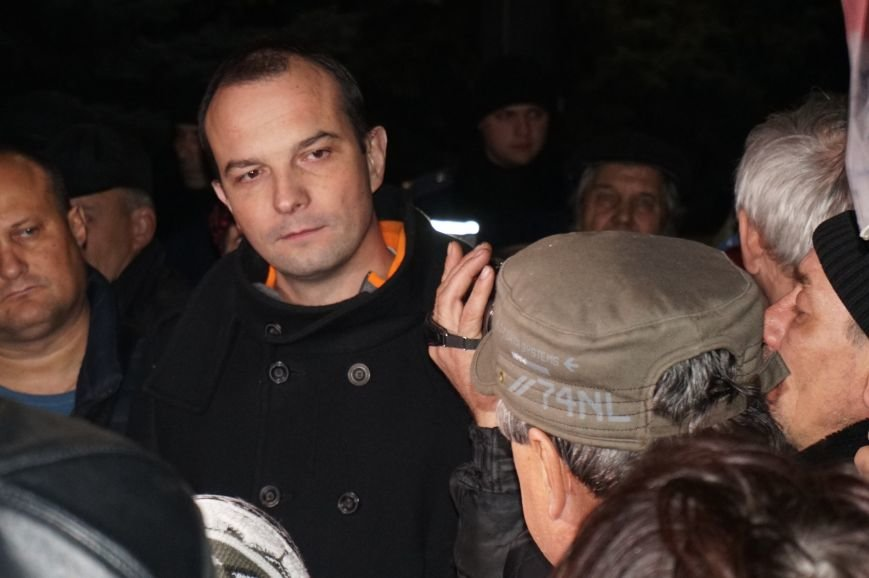 Митингующие под горисполкомом скандировали вместе с Егором Соболевым: Кривий Ріг захистимо, упирям не віддамо! (ФОТО) (фото) - фото 1