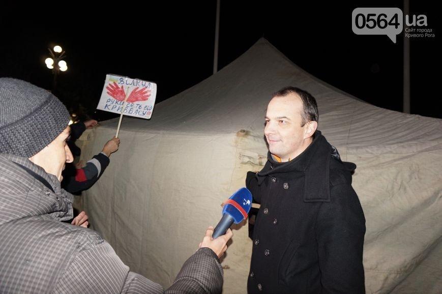 В Кривом Роге: митинговали под горисполкомом, нардепы установили палатку, ТИК получили больше бюллетеней, чем было напечатано (фото) - фото 3