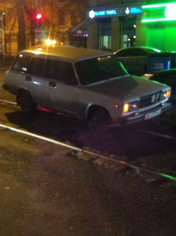 1cf1fa181bd0f148e94b5d6e83fc43b7 Показательно: В историческом центре Одессы в дорожных ямах от автомобиля отвалилось колесо