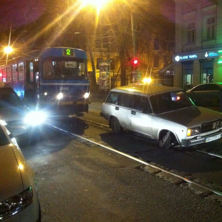 78206124e0d5e2af8d87e51c6754932f Показательно: В историческом центре Одессы в дорожных ямах от автомобиля отвалилось колесо