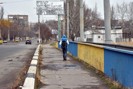 На мариупольском мосту львовский полицейский в полночь спас девушку от самоубийства (ФОТО) (фото) - фото 2