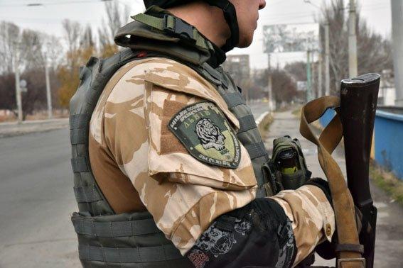 На мариупольском мосту львовский полицейский в полночь спас девушку от самоубийства (ФОТО) (фото) - фото 3