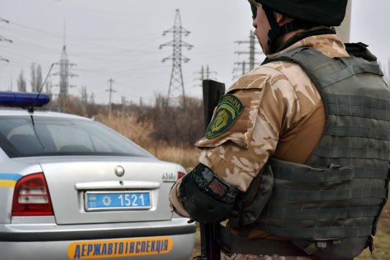 На мариупольском мосту львовский полицейский в полночь спас девушку от самоубийства (ФОТО) (фото) - фото 1