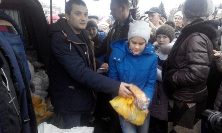 На центральной площади Краматорска раздавали хлеб по талонам (фото) - фото 4