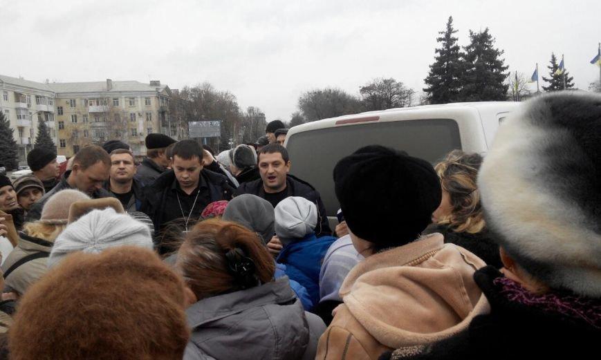 На центральной площади Краматорска раздавали хлеб по талонам (фото) - фото 3