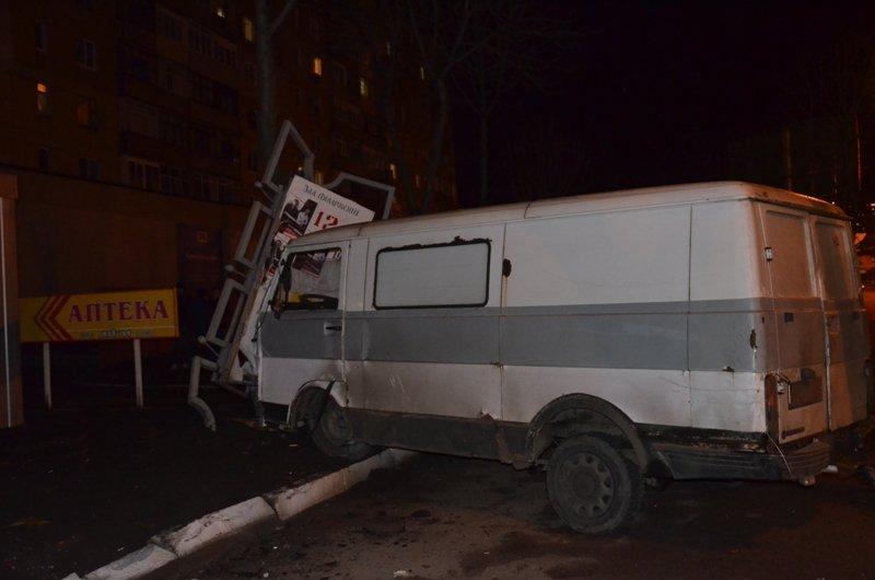 В Кировограде микроавтобус врезался в рекламный стенд (ФОТО) (фото) - фото 1