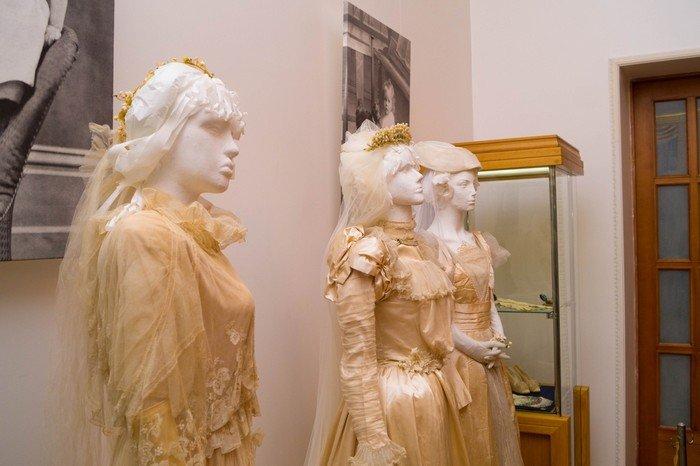В Гродненском музее религии открылись две выставки платьев XIX века (фото) - фото 14