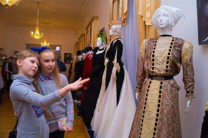 В Гродненском музее религии открылись две выставки платьев XIX века (фото) - фото 15