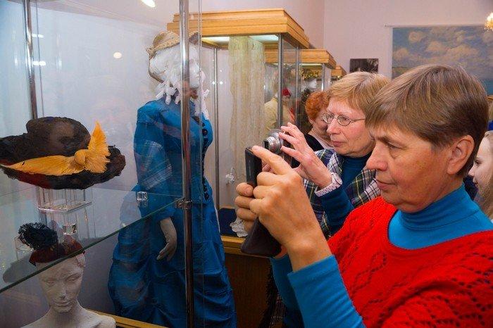 В Гродненском музее религии открылись две выставки платьев XIX века (фото) - фото 17