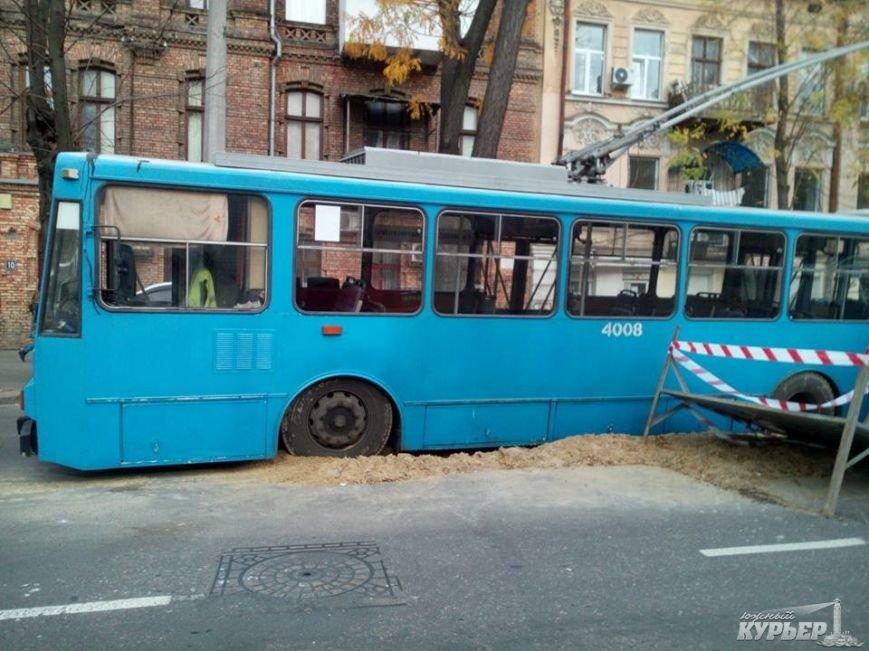 7a8c41c78cbc59c1f0cbc658b083edd6 В центре Одессы троллейбус провалился под землю