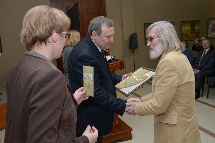 В Белгороде вручили ежегодную губернаторскую премию в области изобразительного искусства (фото) - фото 1