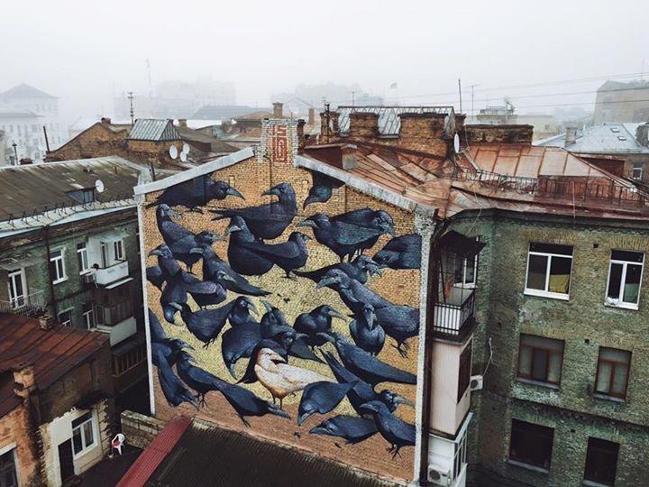 В Киеве новый мурал посвятили легендарным воронам с Рейтарской (ФОТО) (фото) - фото 1