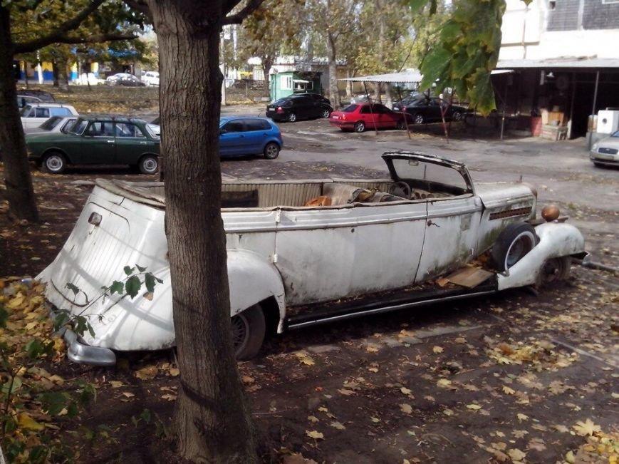3acd5da4b9248aeeacfbe30417eec858 В Одессе посреди улицы гниет раритетный лимузин