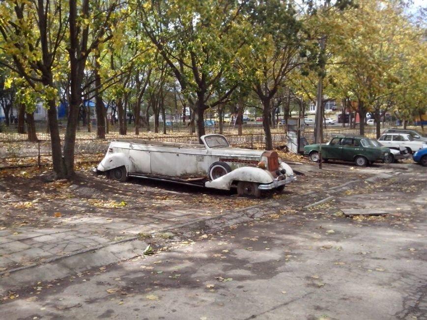 98fab815caca5198a3f289880a9245cf В Одессе посреди улицы гниет раритетный лимузин