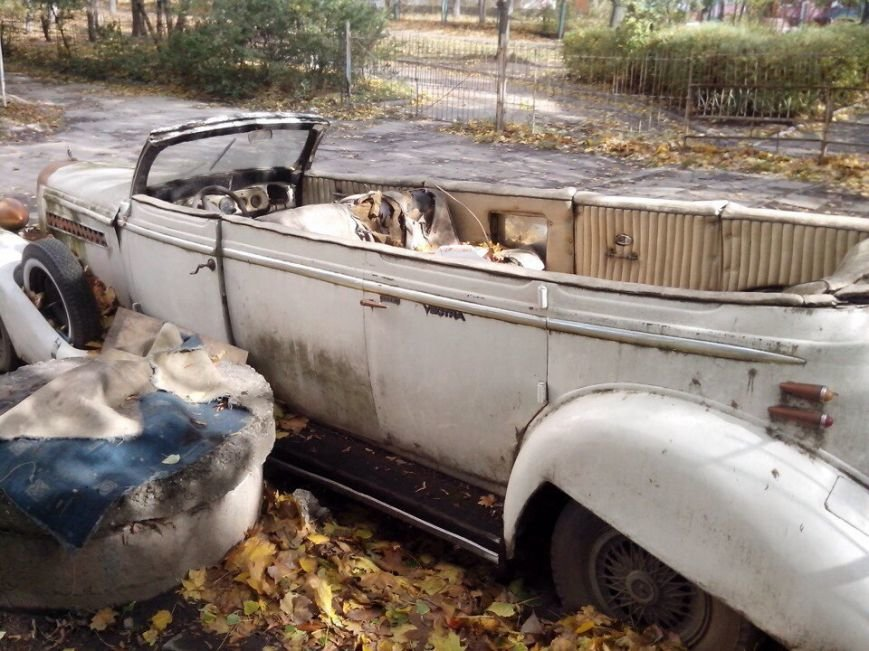 c8ba13d0be0ad098d61626401eccda8f В Одессе посреди улицы гниет раритетный лимузин