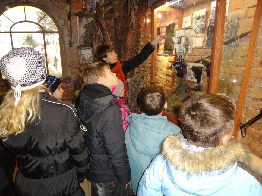 Дети сотрудников полиции посетили Свято-Успенскую Святогорскую Лавру (фото) - фото 1