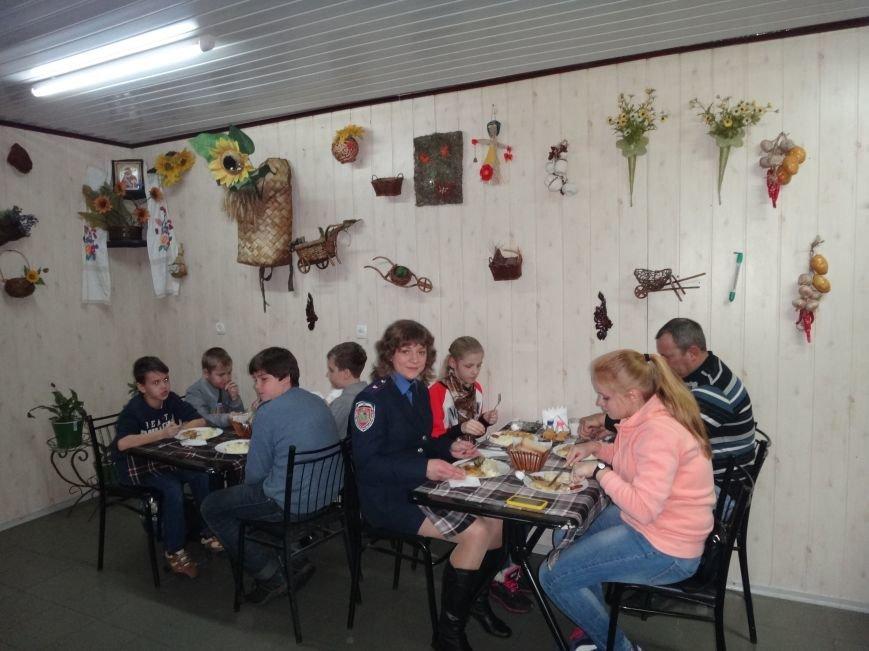 Дети сотрудников полиции посетили Свято-Успенскую Святогорскую Лавру (фото) - фото 4
