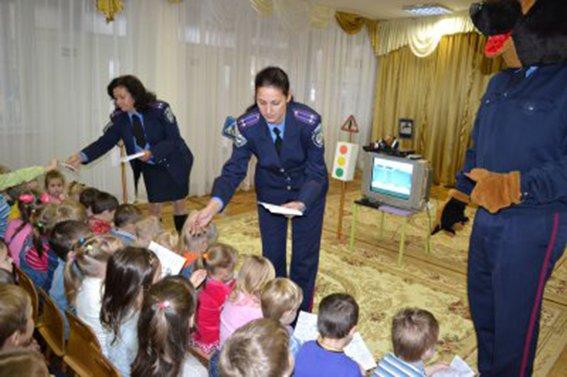 Полицейские Днепропетровска рассказали малышам о том, как и где нужно переходить дорогу  (ФОТО) (фото) - фото 1