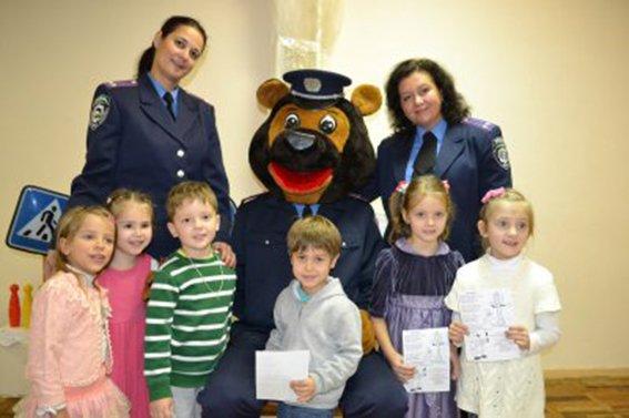 Полицейские Днепропетровска рассказали малышам о том, как и где нужно переходить дорогу  (ФОТО) (фото) - фото 5