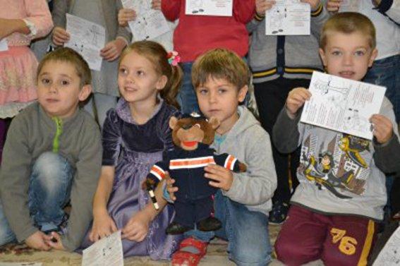 Полицейские Днепропетровска рассказали малышам о том, как и где нужно переходить дорогу  (ФОТО) (фото) - фото 3