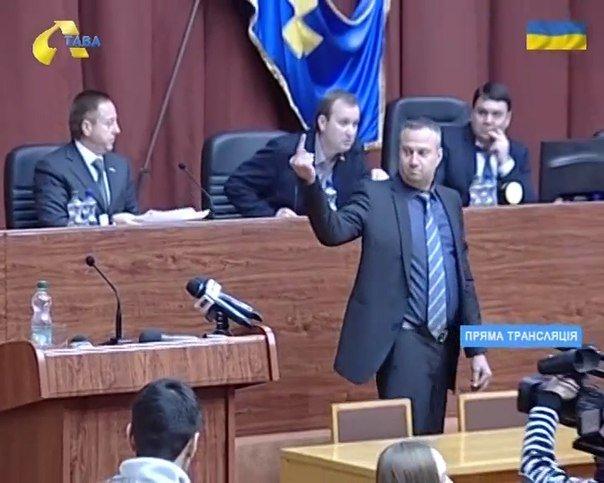 У Полтаві громадський активіст розкидався грошима та почубився з екс-нардепом (ВІДЕО) (фото) - фото 1