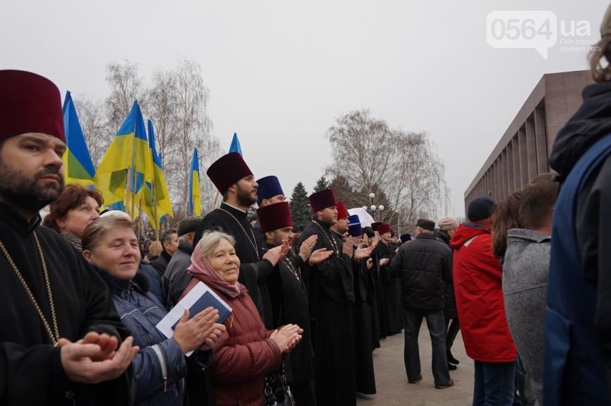 В Кривом Роге: «Автомайдан» перекрывал дорогу с Ингульца,  митинговали против «рейдеров и евро-титушек», заменили 4 членов горизбиркома (фото) - фото 3