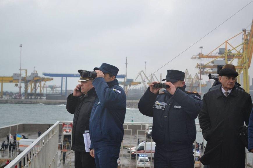 4a1cc25a30d1224f4d9d3157733098b2 Под Одессой спасатели смоделировали кораблекрушение, чтобы спасти всех