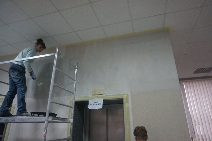 В Криворожском горисполкоме закрасили надпись «Влада належить народу» (ФОТО) (фото) - фото 1