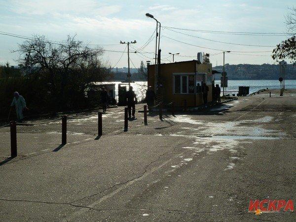 На причале Северной стороны Севастополя запретили парковаться (ФОТОФАКТ) (фото) - фото 1