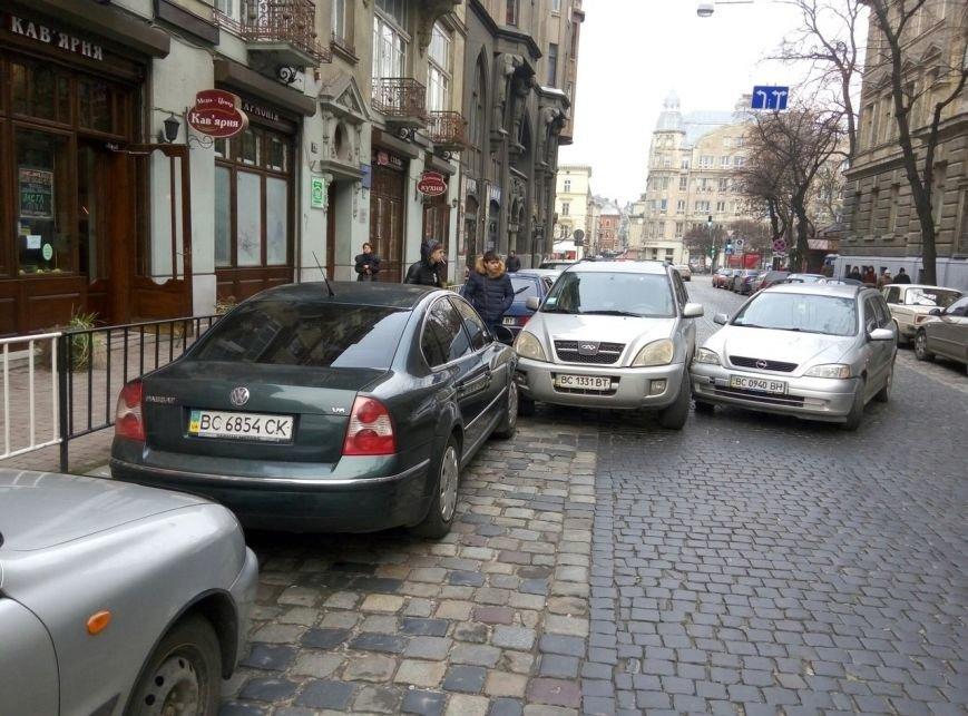 У центрі Львова сталося ДТП: рух транспорту паралізовано (ФОТО) (фото) - фото 1