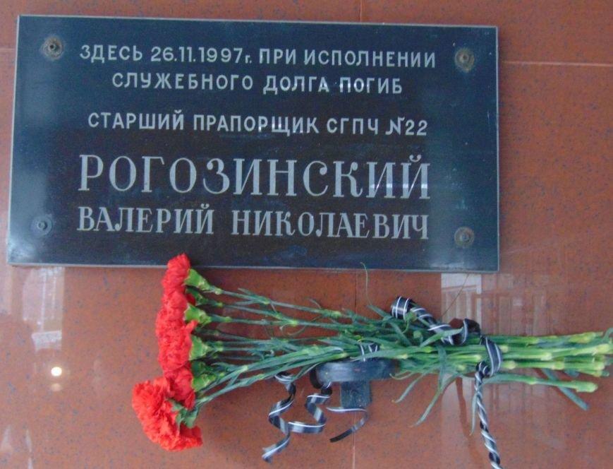 В Мариуполе почтили память погибшего спасателя Валерия Рогозинского (ФОТО) (фото) - фото 1
