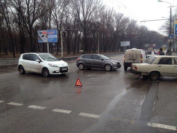 ДТП в Днепропетровске: столкнулись Renault Kangoo и KIA Cerato (ФОТО) (фото) - фото 3