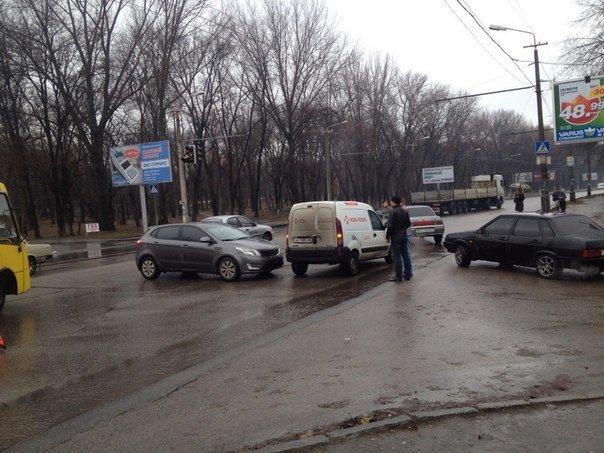 ДТП в Днепропетровске: столкнулись Renault Kangoo и KIA Cerato (ФОТО) (фото) - фото 2