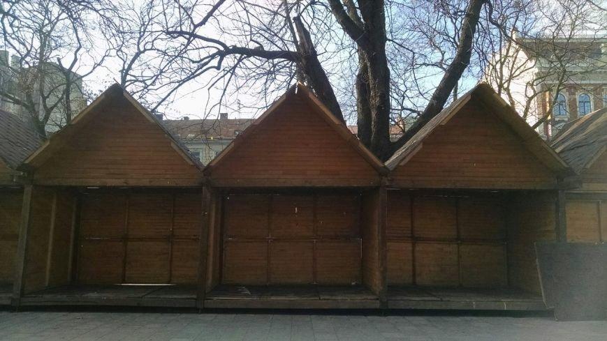 У центрі Львова почали зводити Різдвяний ярмарок (ФОТО) (фото) - фото 1